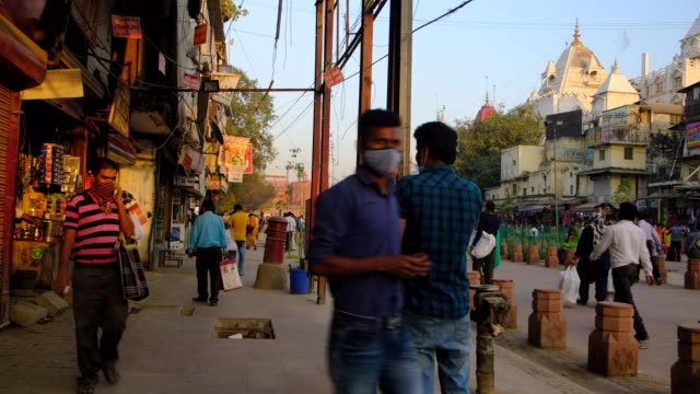 vídeos de stock e filmes b-roll de in the heart of old delhi, chandni chowk is a busy shopping area with markets full of spices, dried fruit, silver jewelry and vivid saris, while the... - equipamento fotográfico