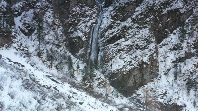 vídeos y material grabado en eventos de stock de en el hielo y la nieve, una cascada está fluyendo tenazmente - gota de agua salpicando