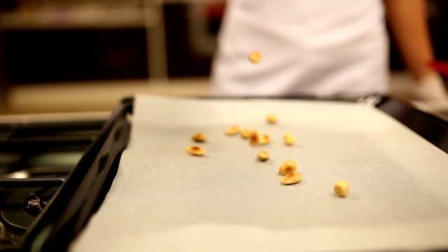 En la cocina a la parrilla la avellana y almendras