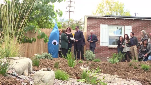 in the middle of a historic drought los angeles mayor eric garcetti unveiled an experimental project that allows homeowners to store more rainwater... - bürgermeister stock-videos und b-roll-filmmaterial