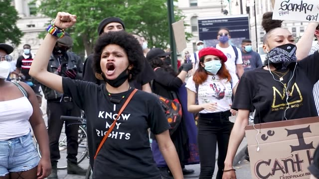 vidéos et rushes de in the midst of the coronavirus disease pandemic demonstrators rally at foley square in downtown manhattan and marched to the brooklyn bridge entry... - justice concept