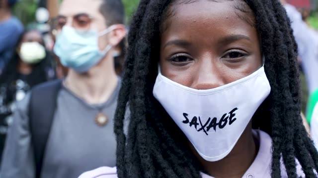 stockvideo's en b-roll-footage met in the midst of the coronavirus disease pandemic demonstrators rally at foley square in downtown manhattan and marched to the brooklyn bridge entry... - chanten