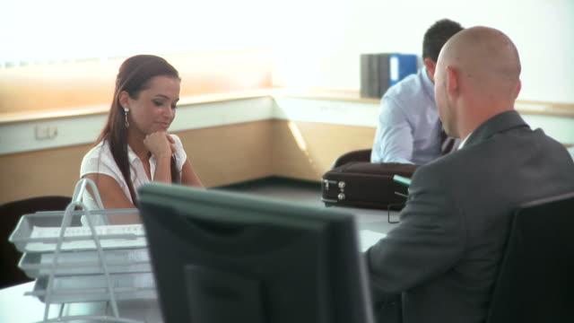 dolly hd: in ufficio - banca video stock e b–roll