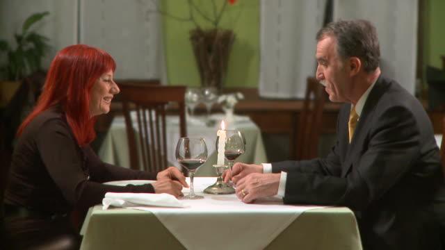 vídeos de stock, filmes e b-roll de hd: no restaurante - casal de meia idade