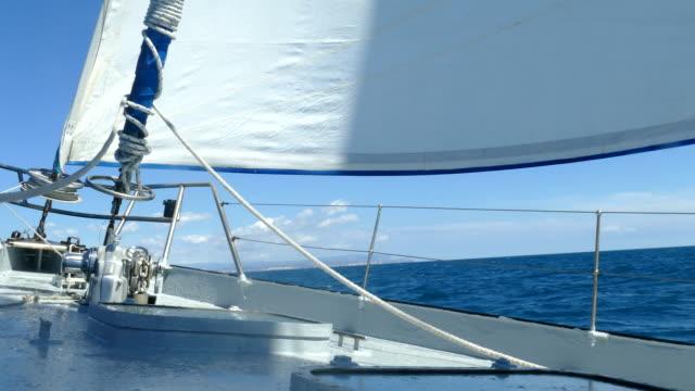 im meer unter segel - regatta stock-videos und b-roll-filmmaterial