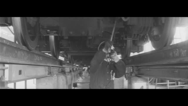vídeos de stock, filmes e b-roll de in the shadow of the shinkansen/tokaido shinkansen leaves tokyo station station shop girl buffet inspections at roundhouse yokohama rail safety... - buffet refeições