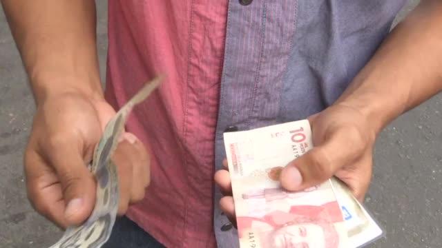 vídeos y material grabado en eventos de stock de in the town of urena in venezuela the colombian peso has taken over the venezuelan bolivar as the de facto currency while across the border in cucuta... - devaluation