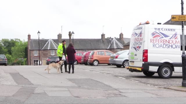 in the village of fettercairn a local newspaper the dundee courier is doing 'referendum roadshows' in various towns and villages seeking public... - スコットランド ダンディー点の映像素材/bロール
