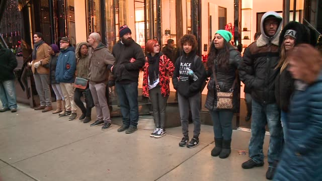 vídeos de stock, filmes e b-roll de wgn in the wake of the release of the video showing the shooting of 17yearold laquan mcdonald by chicago police officer jason van dyke on november 27... - de braços dados