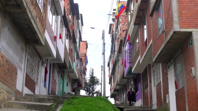 vidéos et rushes de in the windows of many neighborhoods in colombia the poorest hung red rags as a sign of help the sos of poverty amid the coronavirus - chiffon