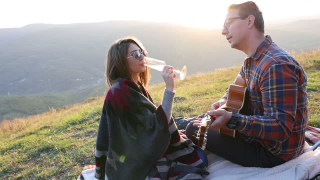 vídeos y material grabado en eventos de stock de en su propio mundo romántico - cesta de picnic