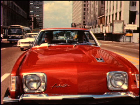 / in this 2nd of 4 segments there are many shots of the studebaker avanti cruising the streets of downtown chicago of 1964 1964 studebaker avanti... - herumfahren stock-videos und b-roll-filmmaterial