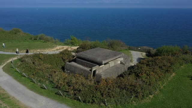 vídeos y material grabado en eventos de stock de in this aerial view a former german observation bunker looks out at the english channel in normandy on may 3, 2019 at longues-sur-mer, france. june 6... - canal de la mancha