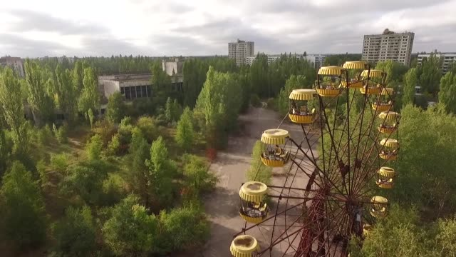 vídeos de stock e filmes b-roll de in this aerial view an abandoned ferris wheel stands on a public space overgrown with trees in the former city center on september 30 2015 in pripyat... - roda gigante