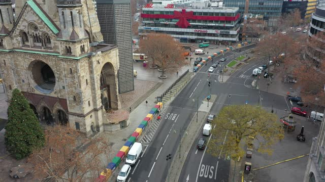 in this aerial view stores stand shuttered on popular kurfuerstendamm avenue next to the kaiser wilhelm memorial church on the first day of a... - カイザー・ヴィルヘルム記念教会点の映像素材/bロール