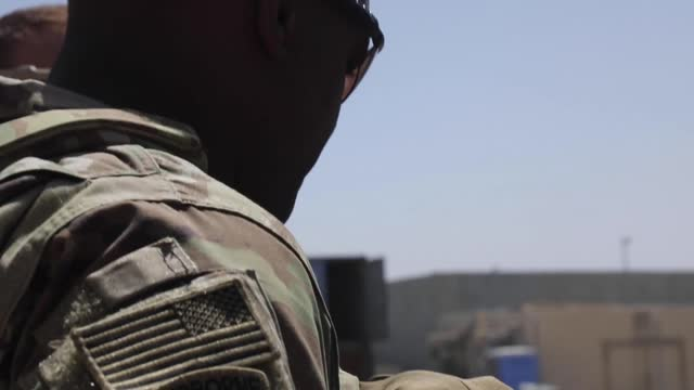 vídeos y material grabado en eventos de stock de in this handout footage provided by the u.s. department of defense, paratroopers assigned to the 82nd airborne division work with coalition forces... - kabul