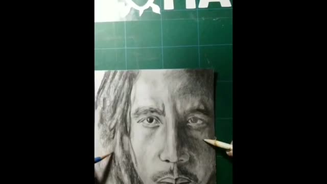 in this video the artist draws legendary reggae musician bob marley in pencil using two hands at the same time. this ability is known as... - bob marley musician点の映像素材/bロール