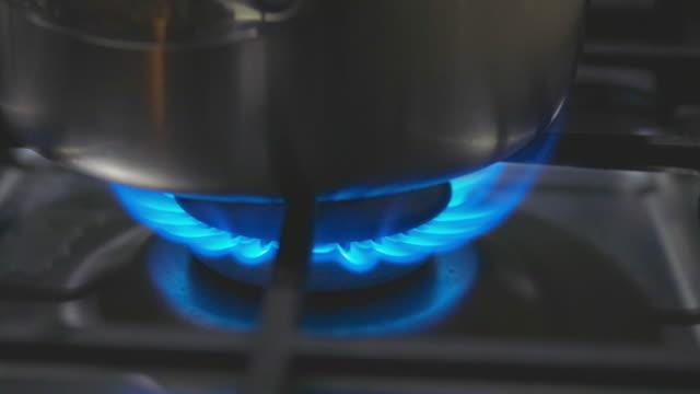国内キッチンで使用されているlpg(液体石油ガス) - ガスコンロ点の映像素材/bロール