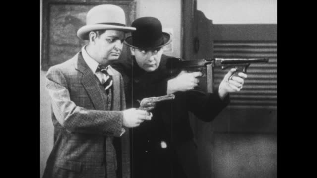 vídeos de stock e filmes b-roll de 1933 in wax museum, scared man (harry langdon) flicks bug off nose believing he is being held up by gangsters - gânguester