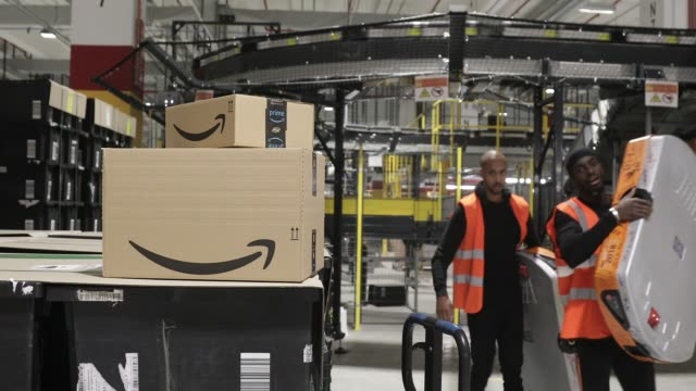 stockvideo's en b-roll-footage met inauguration of a distribution center of amazon on october 22, 2019 in bretigny, france. this new site is the largest logistics center in... - elektronische handel
