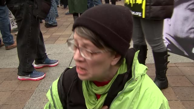 stockvideo's en b-roll-footage met trump supporters and protesters gather usa washington dc ext woman antidonald trump protester kneels on ground with other protesters screaming and... - national archives washington dc