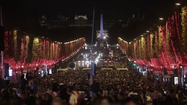 vidéos et rushes de inauguration of the champselysees avenue christmas lights on november 24 2019 in parisfrance - isore vincent