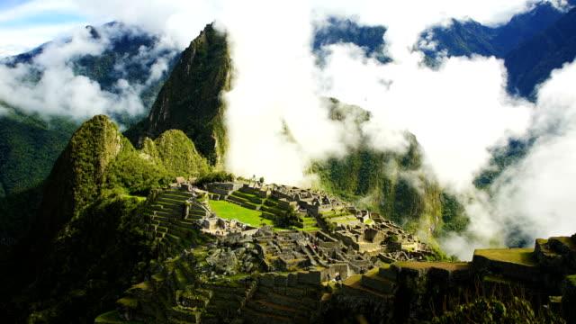 vídeos de stock e filmes b-roll de inca city ruins machu picchu sacred mountain peru - valley