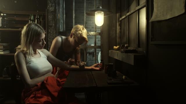 vidéos et rushes de maître incarcérés tatouage tatouage femmes blondes à la prison - tatouage