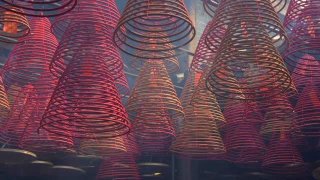 incense burning in taoist temple, hong kong - 寺院 個影片檔及 b 捲影像