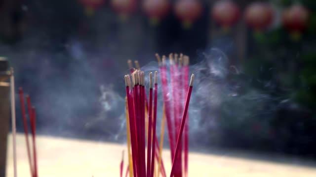 タイのリムライトと中国の伝統的な香。 - 懺悔点の映像素材/bロール