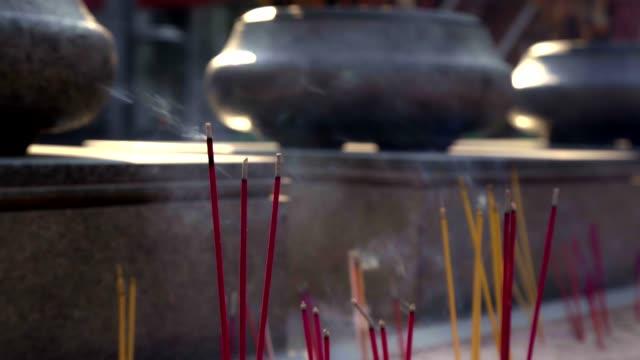 räucherstäbchen chinesischen traditionellen mit rim licht in thailand. - tempel stock-videos und b-roll-filmmaterial