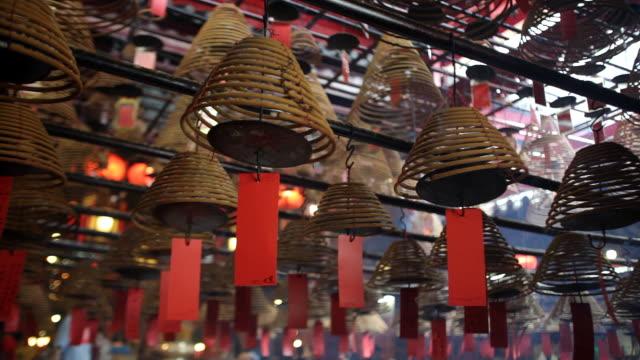 ms pan incense coils hanging in man mo temple / hong kong, hong kong, china - ハリウッドロード点の映像素材/bロール