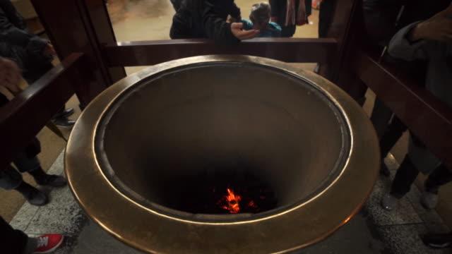 vídeos y material grabado en eventos de stock de incense pit at temple - japan - templo
