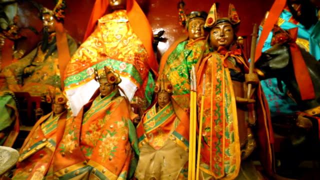 人 mo の寺院、ハリウッド ロード、香港、中国、アジアのインテリアで線香します。 - ハリウッドロード点の映像素材/bロール