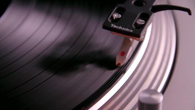 vídeos de stock e filmes b-roll de 12 inch record playing from the beginning - gira disco