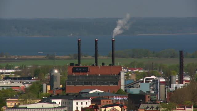 vidéos et rushes de incinerator burns bales of waste to produce energy - brûler