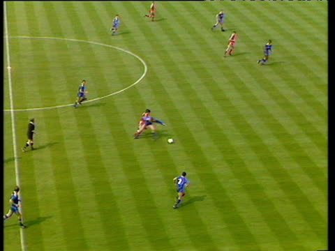 incisive liverpool attack lead by peter beardsely stifled by resolute goalkeeping from dave beasant and clearance from vinnie jones liverpool vs... - fa cup stock-videos und b-roll-filmmaterial