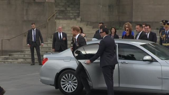 stockvideo's en b-roll-footage met including minister for finance grant robertson and minister for defence ron mark greeting and escorting royal pair up stairs to monument. - bewakingspersoneel