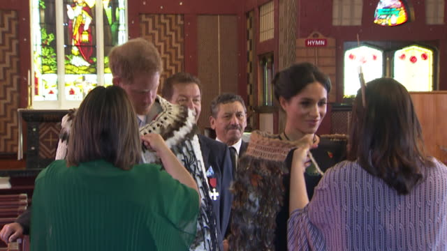 vídeos de stock, filmes e b-roll de including royal couple receive traditional maori korowai cloaks at conclusion of tour at st faith's anglican church in ohinemutu - anglicano