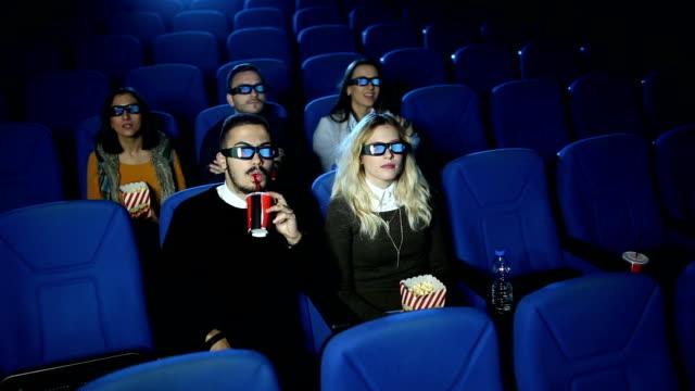 vídeos de stock, filmes e b-roll de entrada no cinema - óculos de terceira dimensão