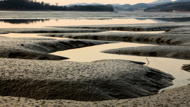 stockvideo's en b-roll-footage met incoming tide at the mud flat in ansan, gyeonggi-do, south korea - getijde