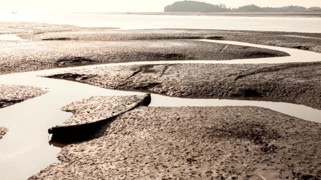 incoming tide at the mud flat in ansan, gyeonggi-do, south korea - bassa marea video stock e b–roll