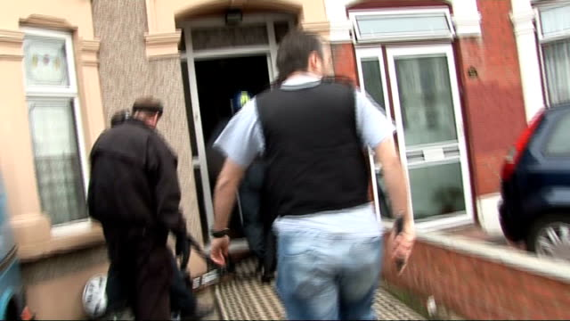vidéos et rushes de increase in london crime rates since eu enlargement; england: london: ilford: ext metropolitan police assault team raid terraced house int romanian... - romania