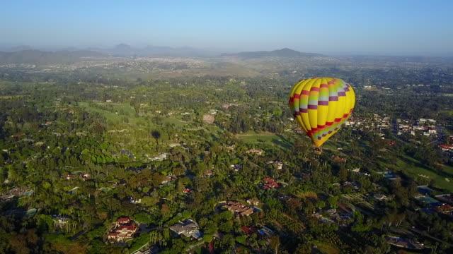 incredible hot air balloon on clear day - 熱気球点の映像素材/bロール