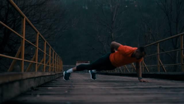vídeos de stock e filmes b-roll de incredible pushups - flexão de braço