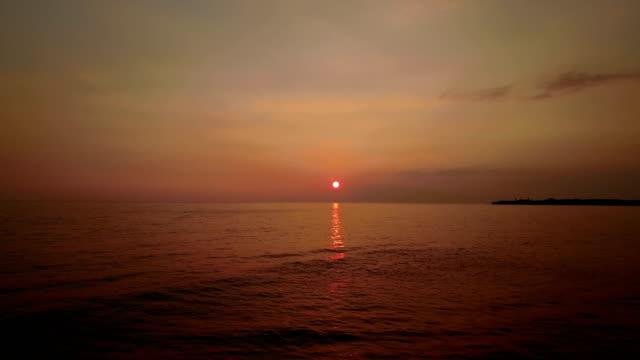 vídeos de stock, filmes e b-roll de incrivelmente majestoso pôr do sol no horizonte da costa de maui - wide