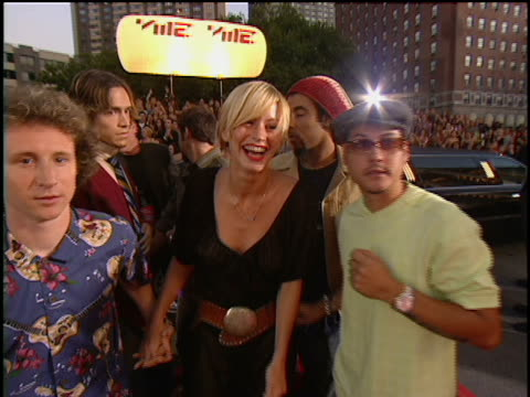 vídeos de stock, filmes e b-roll de incubus and mike einziger's girlfriend cameron richardson arriving at lincoln center for the 2001 mtv mtv video music awards the mtv video music... - metropolitan opera house