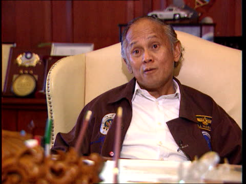 vídeos y material grabado en eventos de stock de independence 50th anniversary independence 50th anniversary int cms jusuf habibie intvw sot criticised fromm all the people/ technology will solve... - alfombra de oración