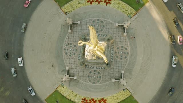 vídeos de stock, filmes e b-roll de anjo da independência em tiro aéreo de cidade do méxico. - monumento da independência paseo de la reforma