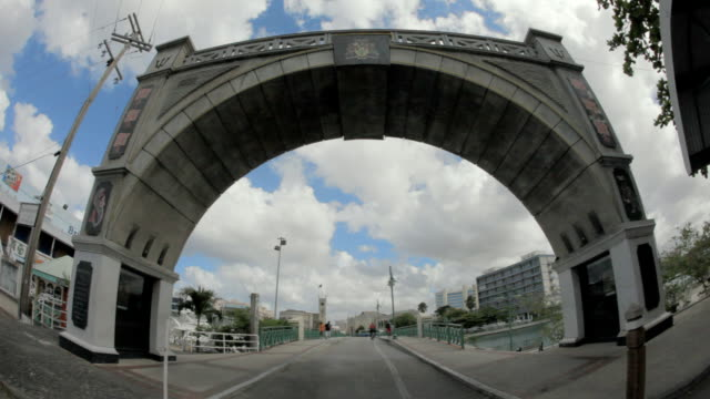 stockvideo's en b-roll-footage met ws fish eye la independence arch / bridgetown, st michael, barbados - groothoek